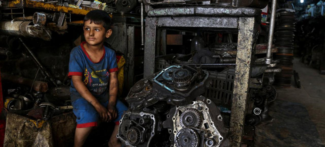 Photo UNICEF Wathiq Khuzaie A joint ILO-UNICEF report is urging action to ensure that social protection reaches all children, like 6-year-old Mustafa who works with his father in an industrial area of Baghdad, and protects them from poverty and deprivation.